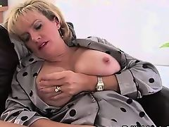 Mature brit slut rubs pussy with toy